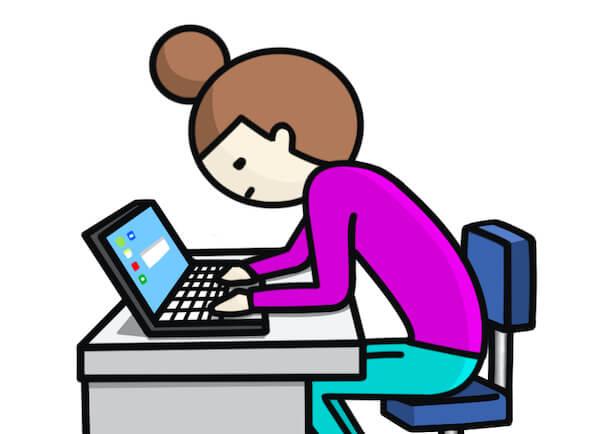 デスクワークで集中している女性