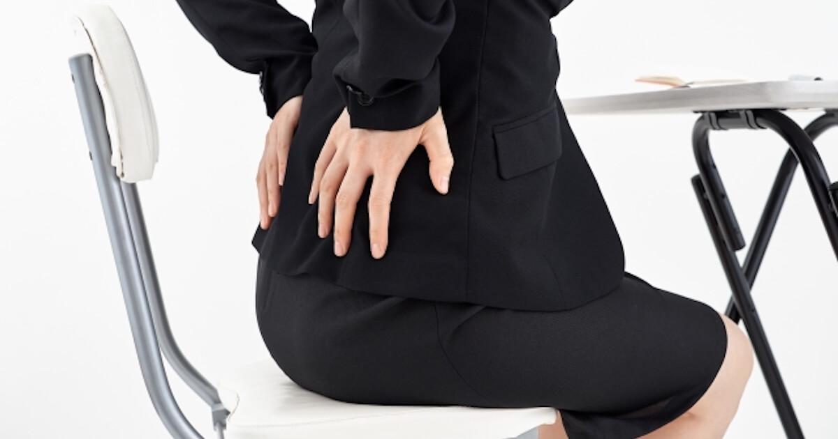 座りっぱなしで腰痛になった女性
