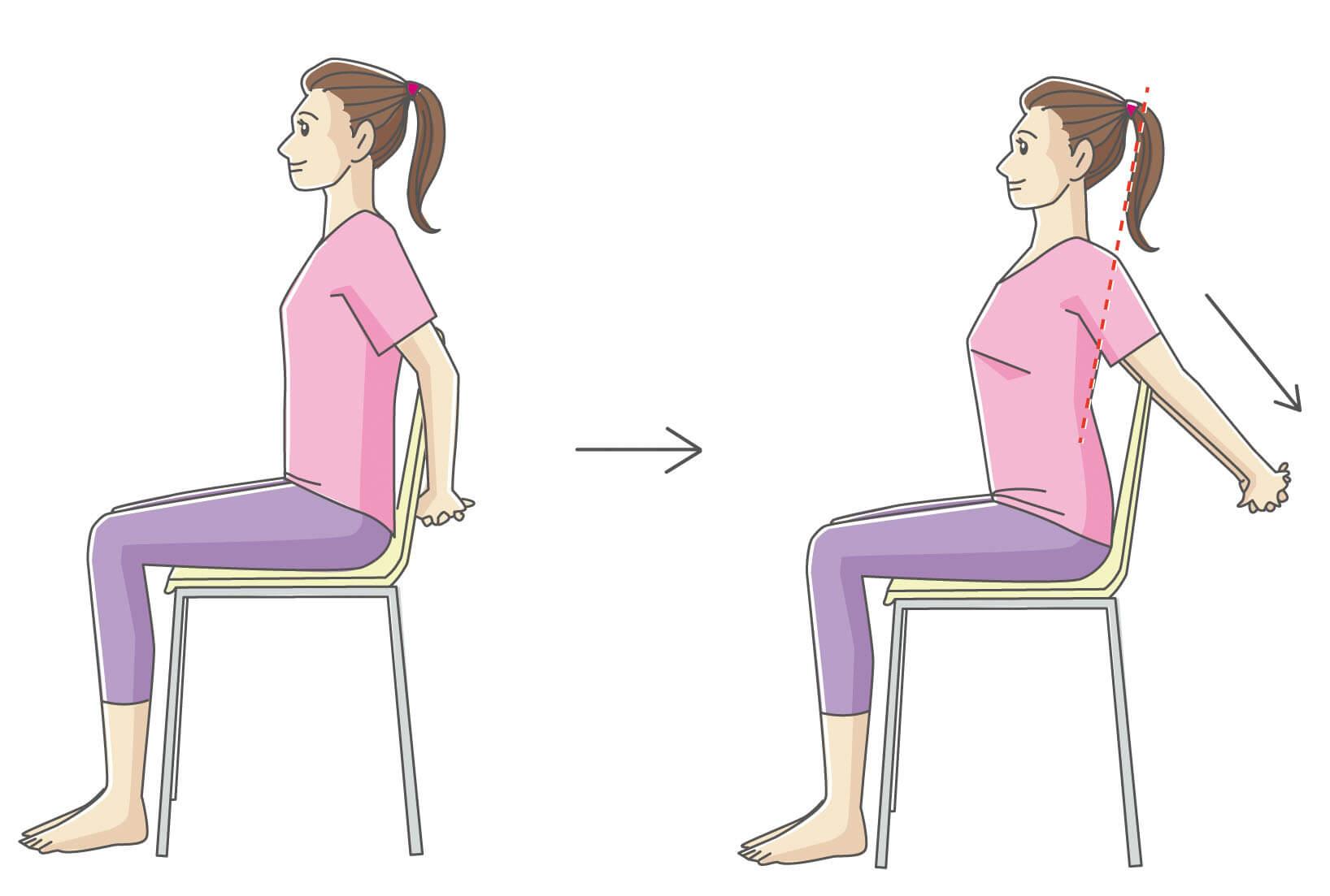 椅子に座って大胸筋のストレッチをしている女性