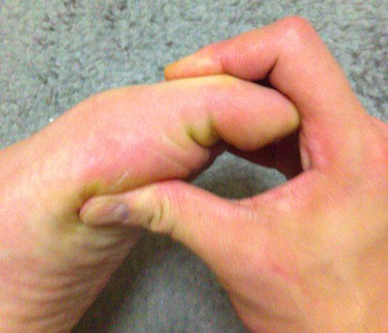 足指を曲げるストレッチ