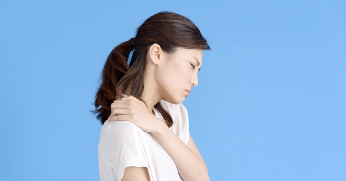 慢性的な肩こりに悩んでいる女性