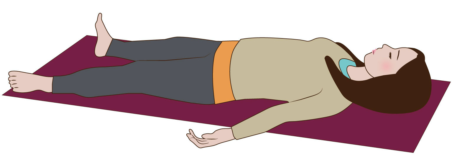 寝て、深呼吸を行う女性