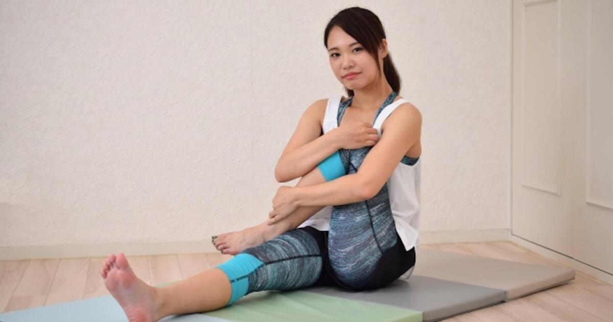 腰の張りを改善するストレッチをしている女性